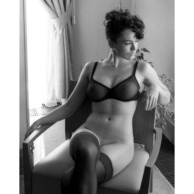 Даша Астафьева восхитила стройной фигурой в оголенной фотосессии