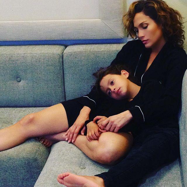 Трогательно: Дженнифер Лопес позирует с любимым сыном