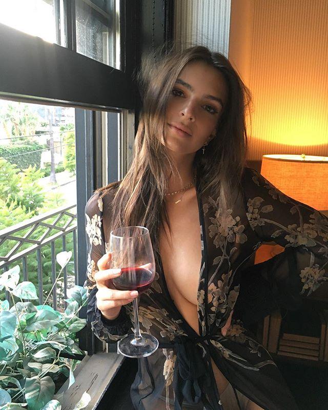 Сексуальная Эмили Ратаковски прошлась в нижнем белье по улицам Нью-Йорка
