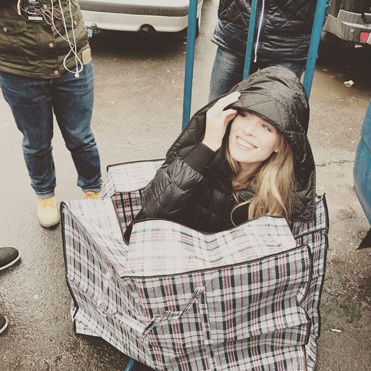 Фото дня: Ольга Фреймут позирует в рыночной клетчатой сумке