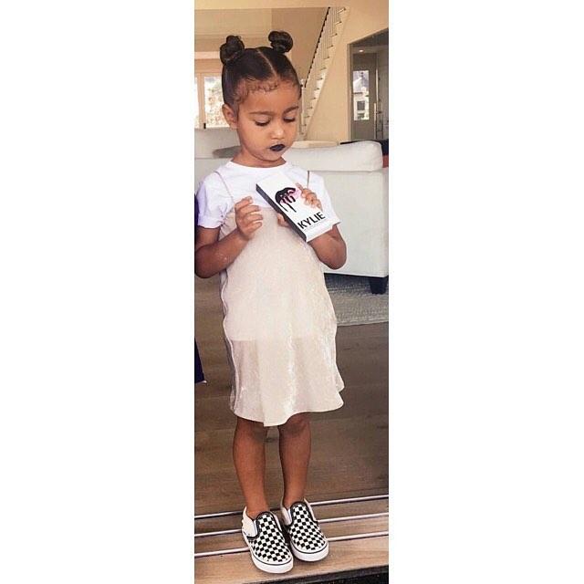 Кайли Дженнер накрасила трехлетнюю дочь Ким Кардашьян черной помадой