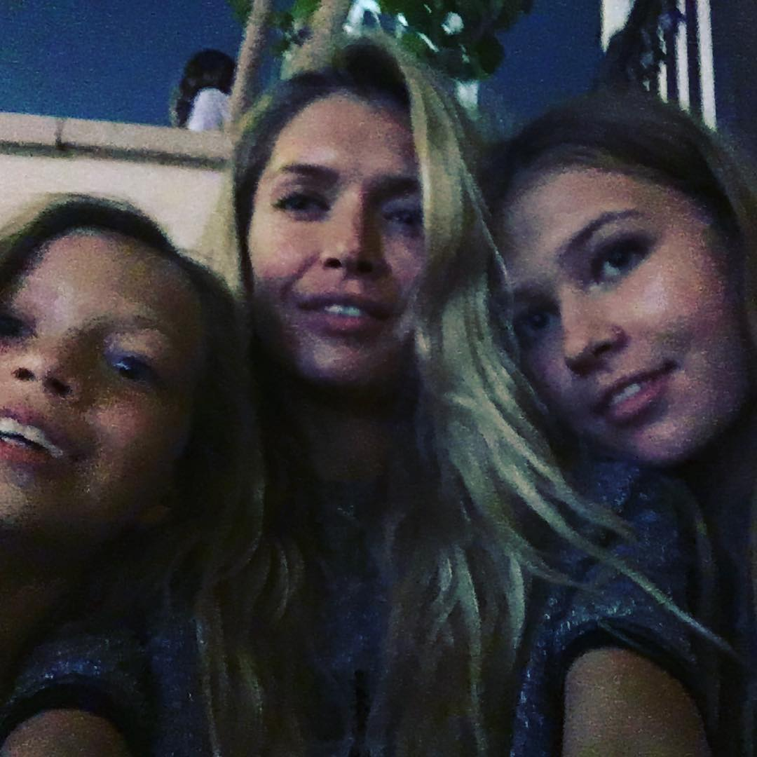 Девушки в Дубаи: Вера Брежнева отдыхает вместе с дочерьми