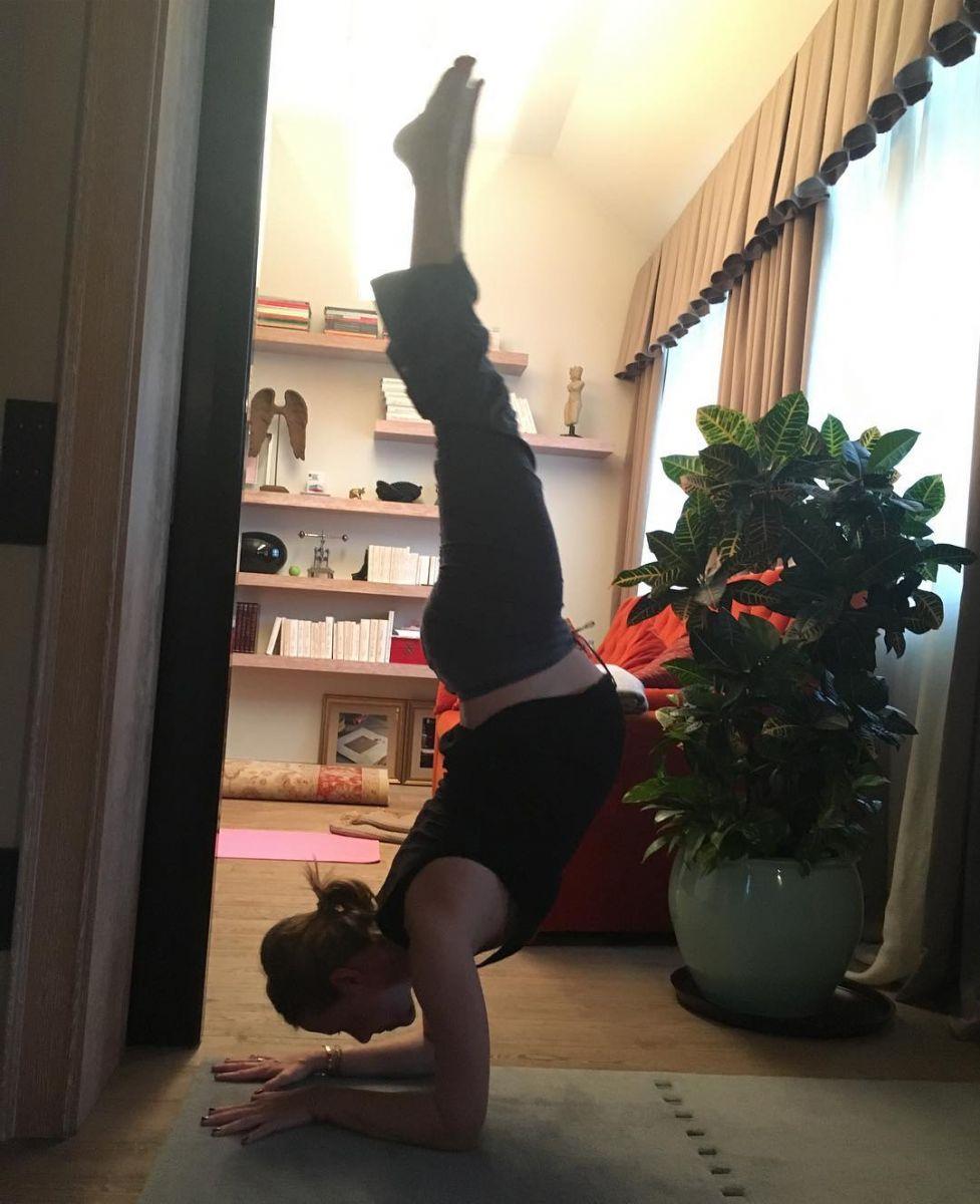 Ксения Собчак на последнем месяце беременности демонстрирует нереальные позы в йоге