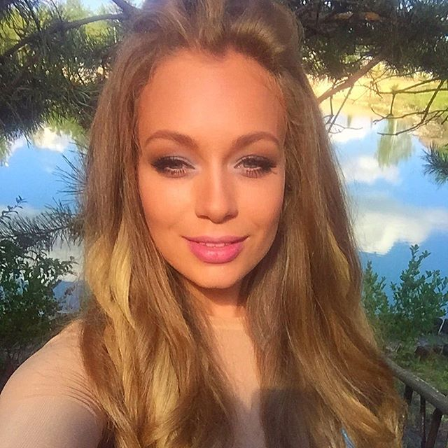 Без кудряшек: Яна Соломко показала себя с ровными волосами