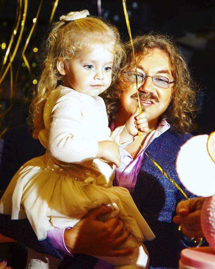 Как две капли воды: дочь Аллы Пугачевой растет ее точной копией