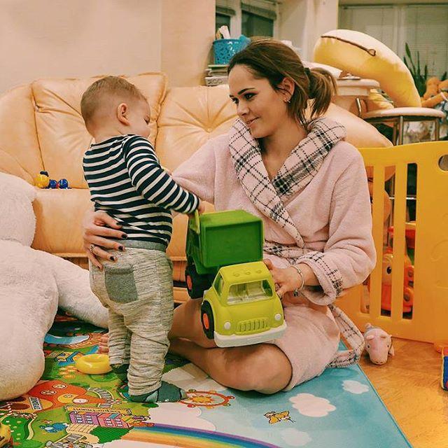 Без мейкапа и в халате: Юлия Санина проводит время с маленьким сыном