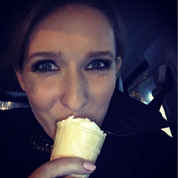 Диета, прощай: беременная Катя Осадчая позволяет себе мороженое на ночь