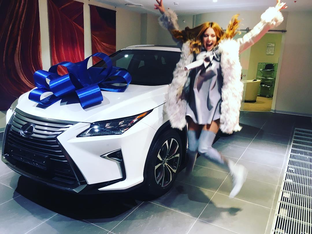 По-богатому: Владимир Пресняков подарил жене дорогую машину