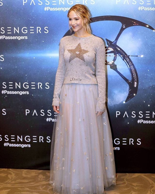 Дженнифер Лоуренс появилась на светском мероприятии в свитере