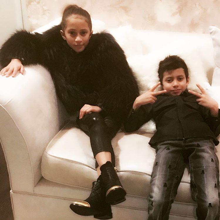 9-летний сын Дженнифер Лопес раскритиковал ее откровенные наряды