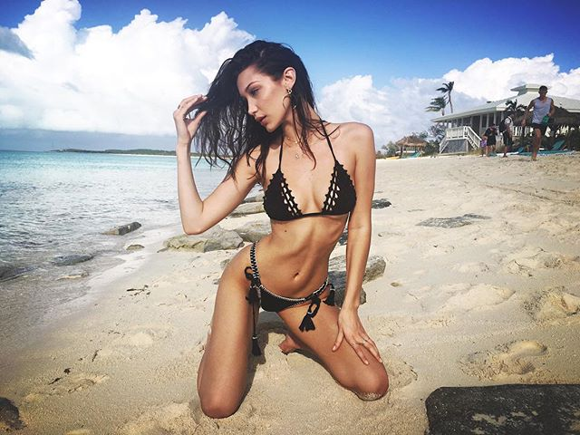 Какие формы: Белла Хадид похвасталась идеальной фигурой на Багамаха