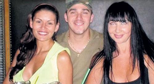 Кирилл Андреев с женой Лолой (слева) и Натальей Грозовской