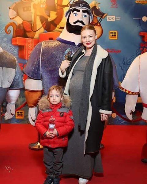 Беременная Оксана Акиньшина продемонстрировала заметно округлившийся живот в облегающем платье