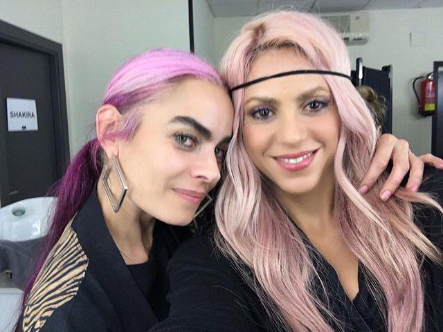 Фотофакт: Шакира перекрасила волосы в розовый цвет