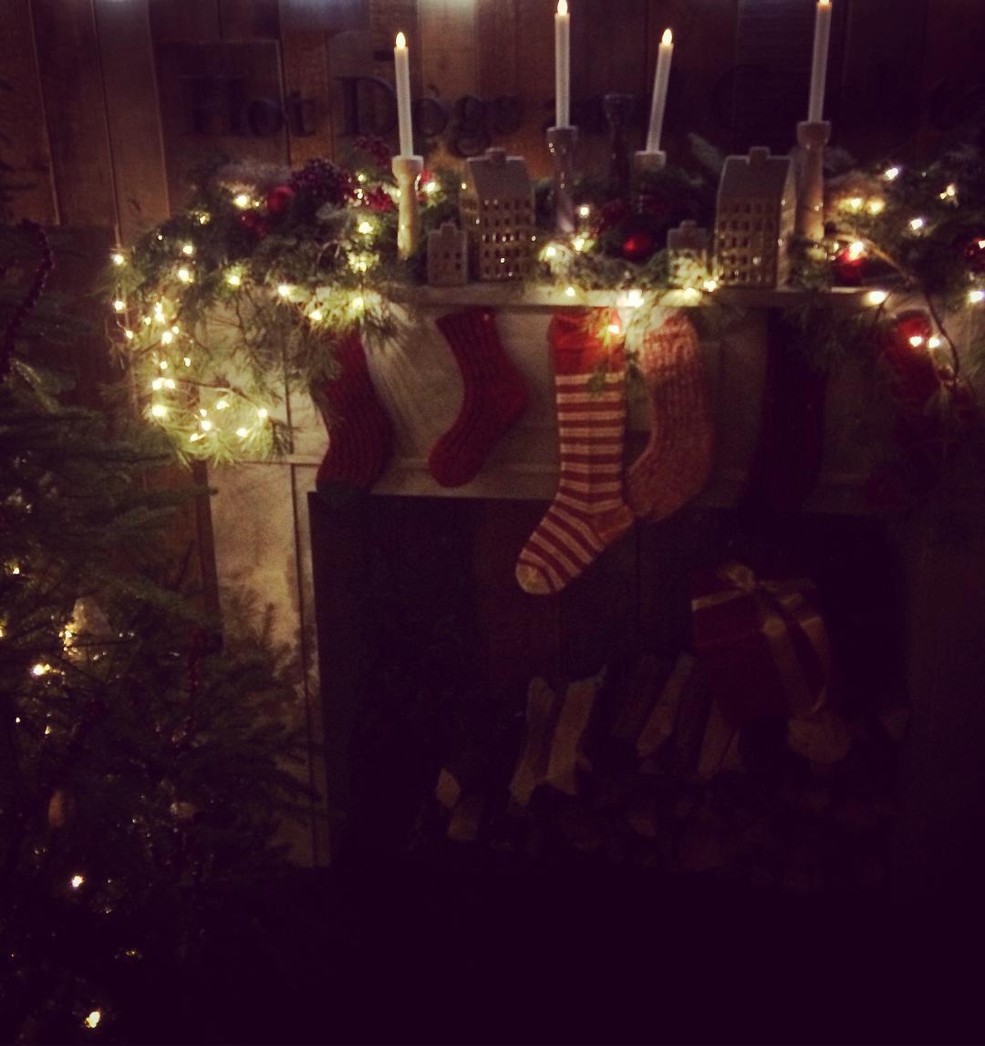 У кого лучше: звезды показали, как украсили свои дома на праздники