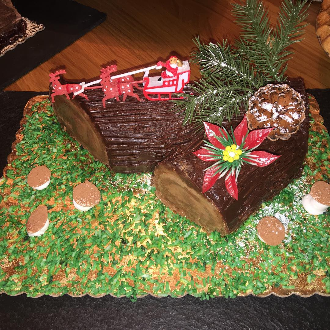Никакой диеты: беременная Ирина Шейк балует себя большим рождественским тортом