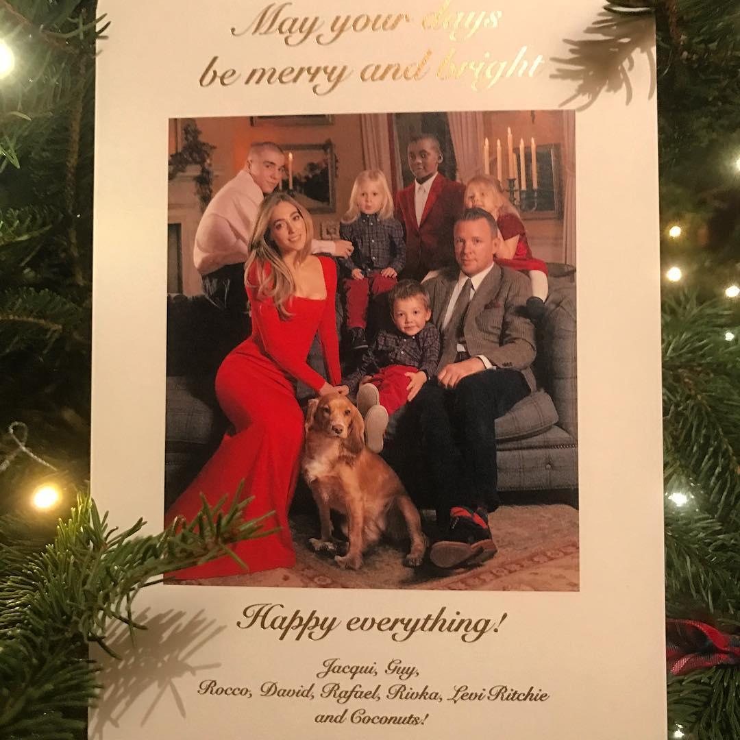 Гай Ричи с семьей на рождественской открытке
