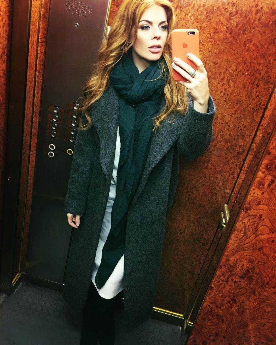 Анастасия Стоцкая едва скрывает беременный живот