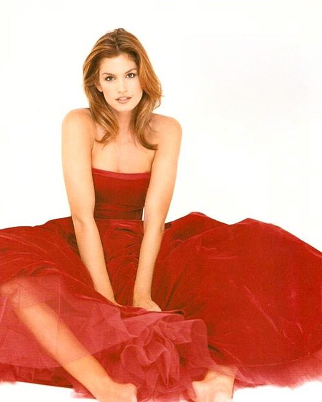 Яркая молодость: Синди Кроуфорд опубликовала фото в роскошном красном платье