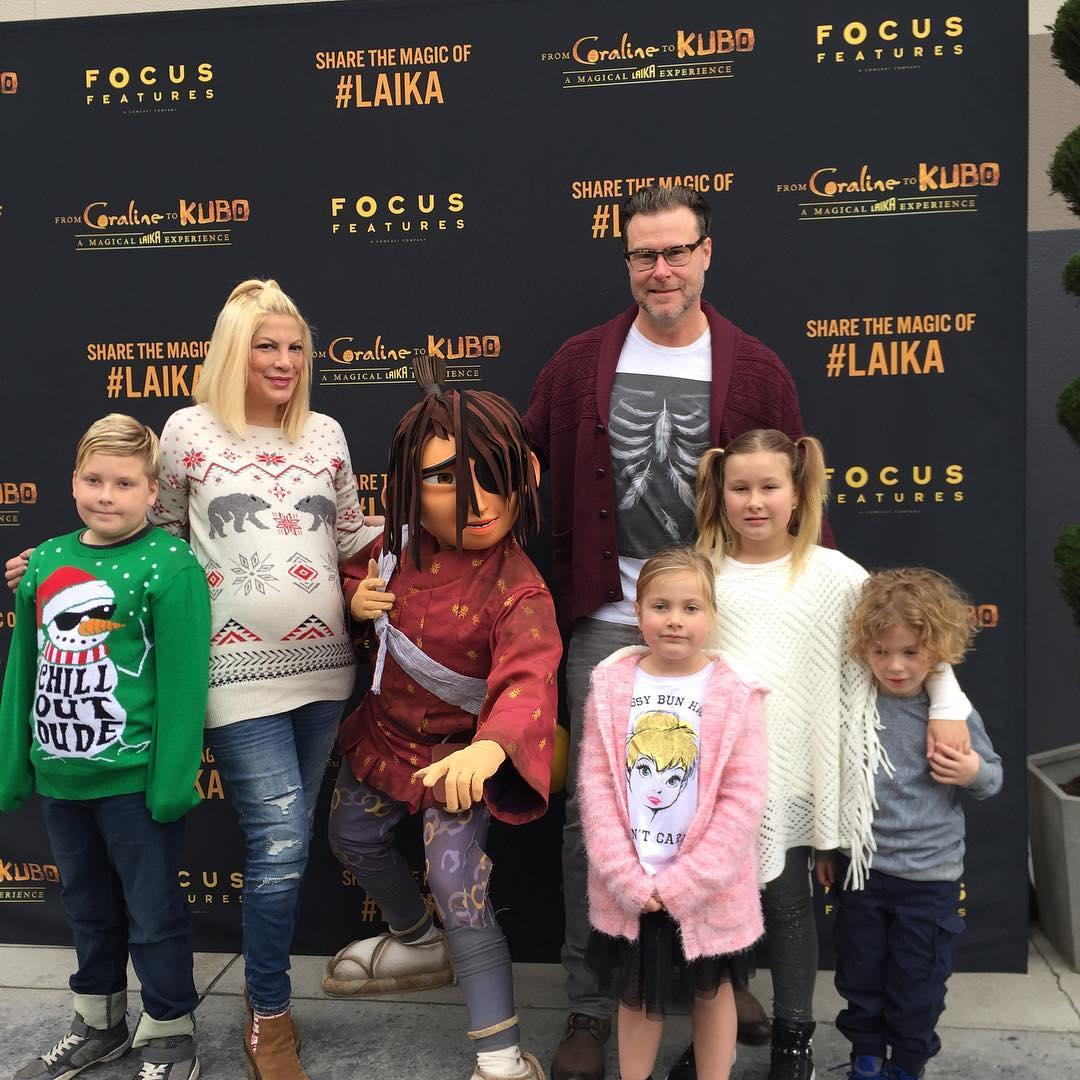 Торі Спеллінг з чоловіком і дітьми