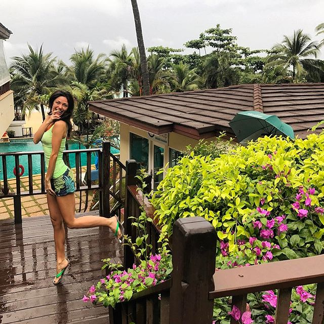 """Отдых парами: Вика из """"Неангелов"""" и Андрей Джеджула улетели в Таиланд со своими вторыми половинками"""