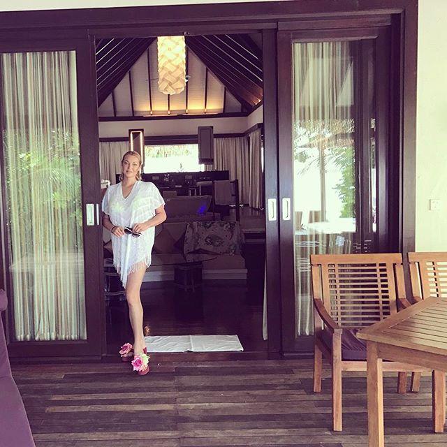Привет с Мальдив: Анастасия Волочкова в откровенном бикини села на шпагат
