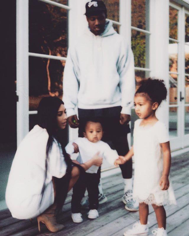 Семейная галерея: Ким Кардашьян заполнила весь Instagram фото с мужем и детьми