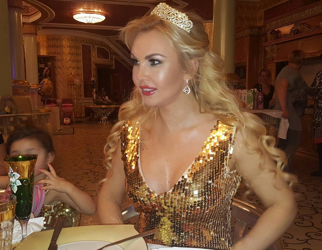 Подросшие дочки Камалии встретили Новый год в роскошных платьях