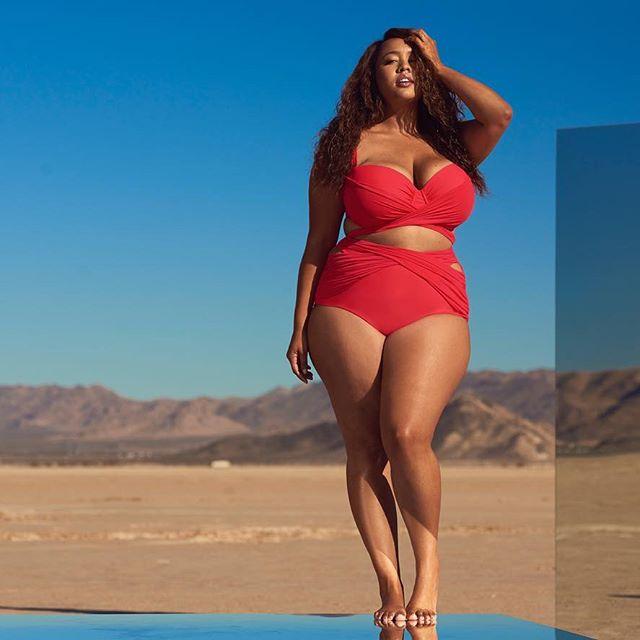 Модель plus-size представила серию купальников для девушек с пышными формами