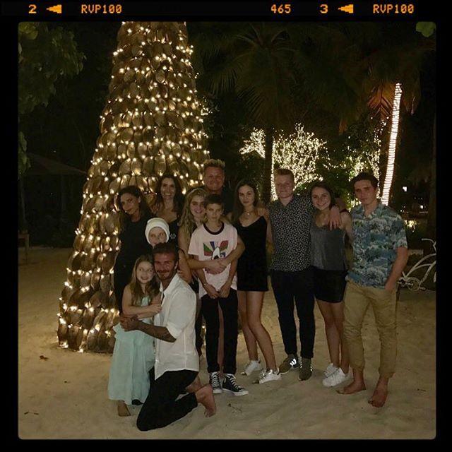 Все в сборе: Дэвид и Виктория Бекхэм с детьми у праздничной елки