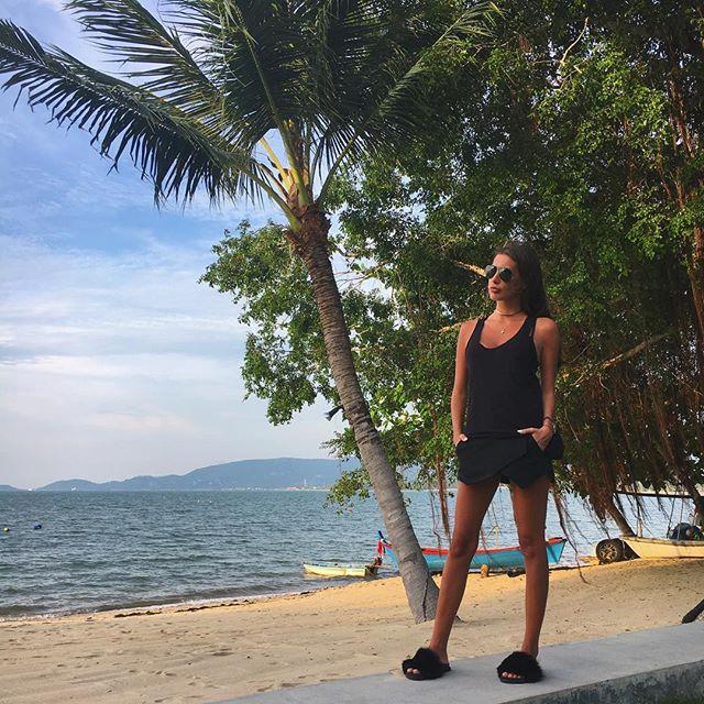"""Кети Топурия загорает на пляже в """"голом"""" купальнике"""