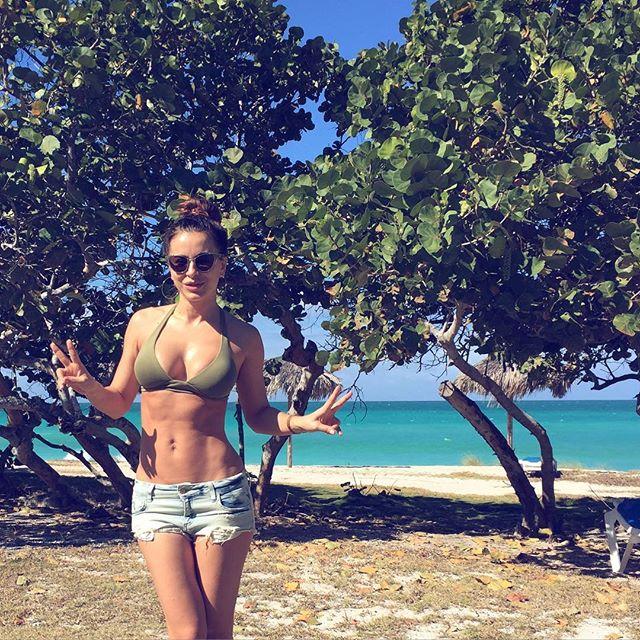 Гаряче фото: Ані Лорак позує в сексуальному бікіні на тлі пальм