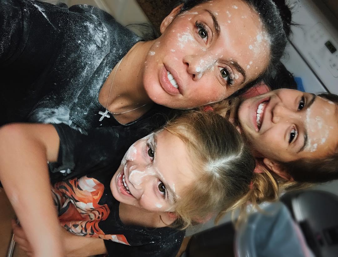 Девочки на кухне: Анна Седокова и ее дочки едва не устроили пожар