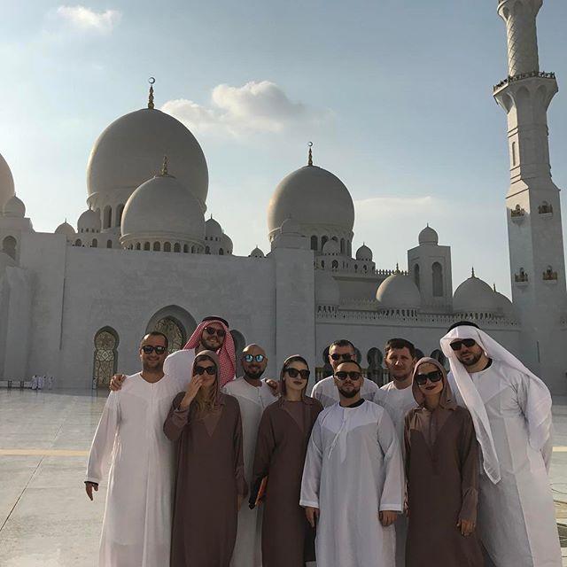 Привет из Дубай: Монатик позирует в  белом платье