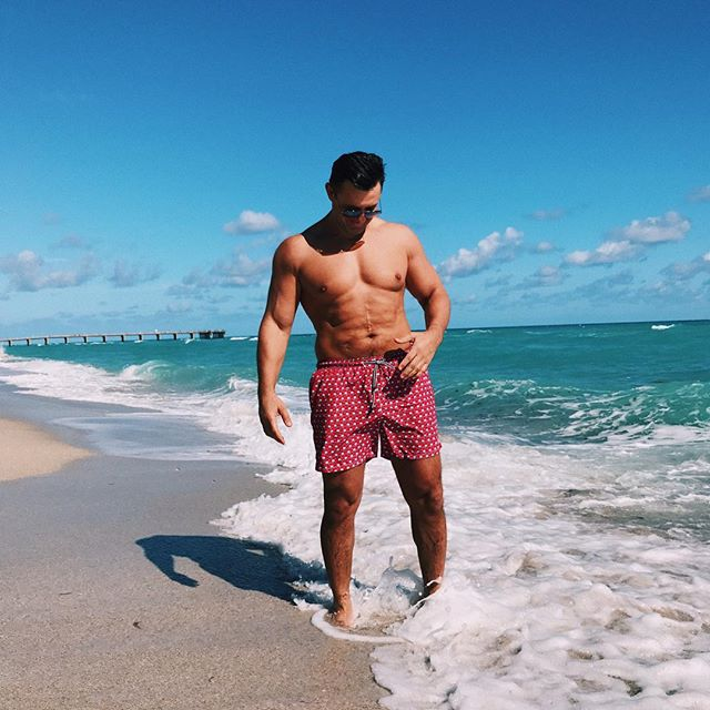 Мачо-мен: Николай Тищенко соблазняет голым торсом на пляже