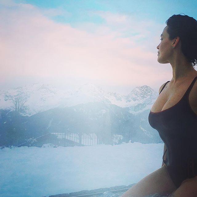 Холодно, но красиво: Даша Астафьева позирует в сексуальном купальнике на фоне зимних гор