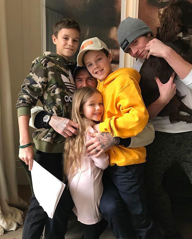 Счастливая мама: в сети появился трогательный снимок Виктории Бекхэм с сыновьями и дочерью