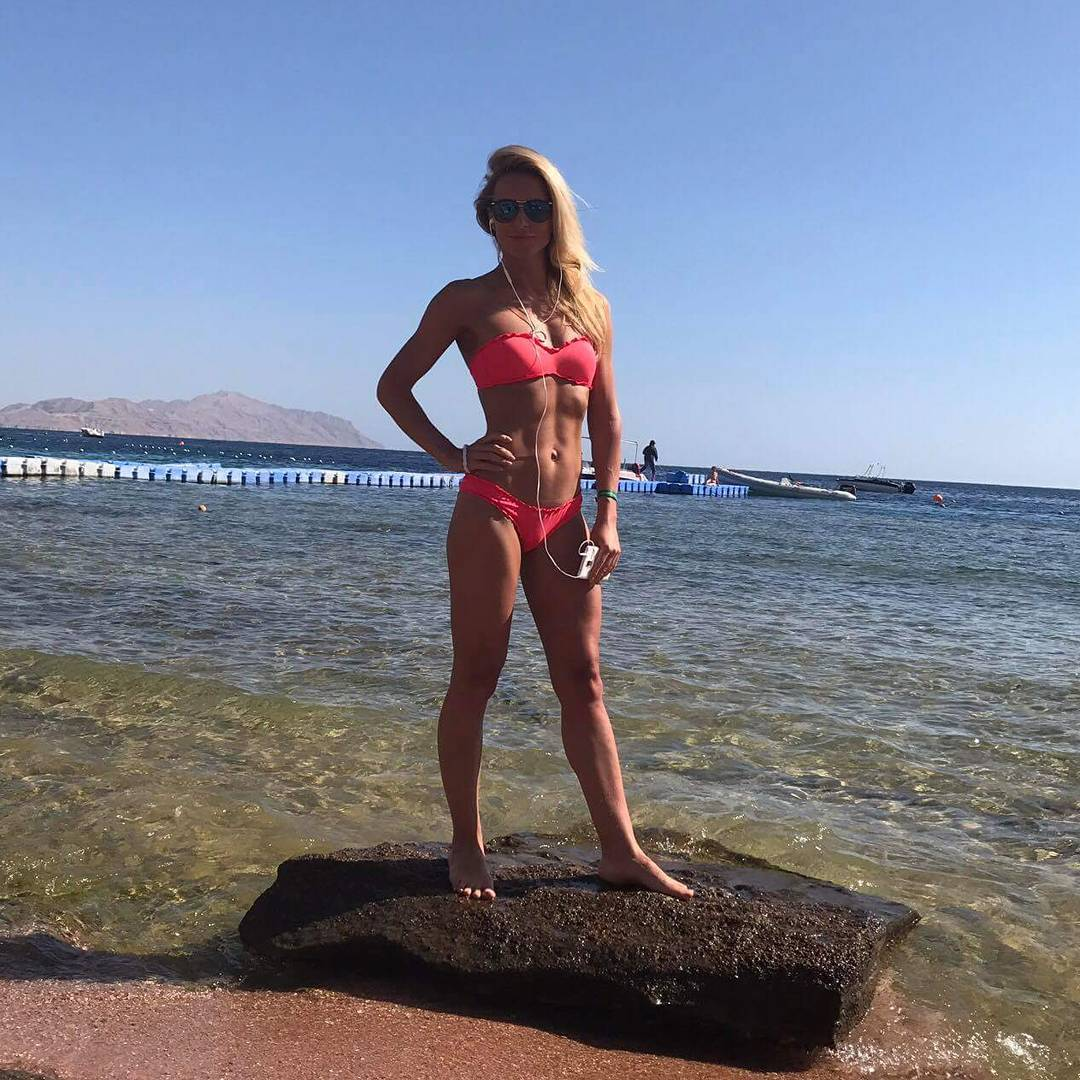 Спортивная жена Вячеслава Узелкова восхищает подтянутой фигурой на пляже