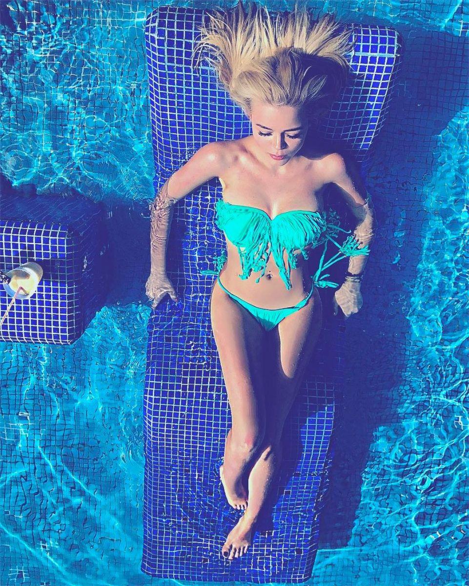 Жаркие каникулы: Алина Гросу позирует в сексуальном бикини в Мексике