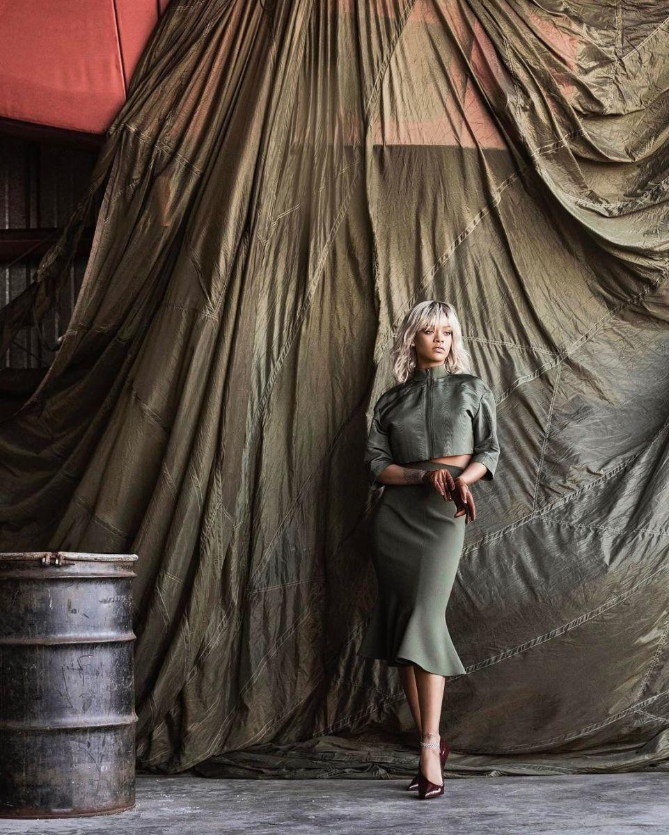 Блондинка Рианна блистает на обложке Harper's Bazaar