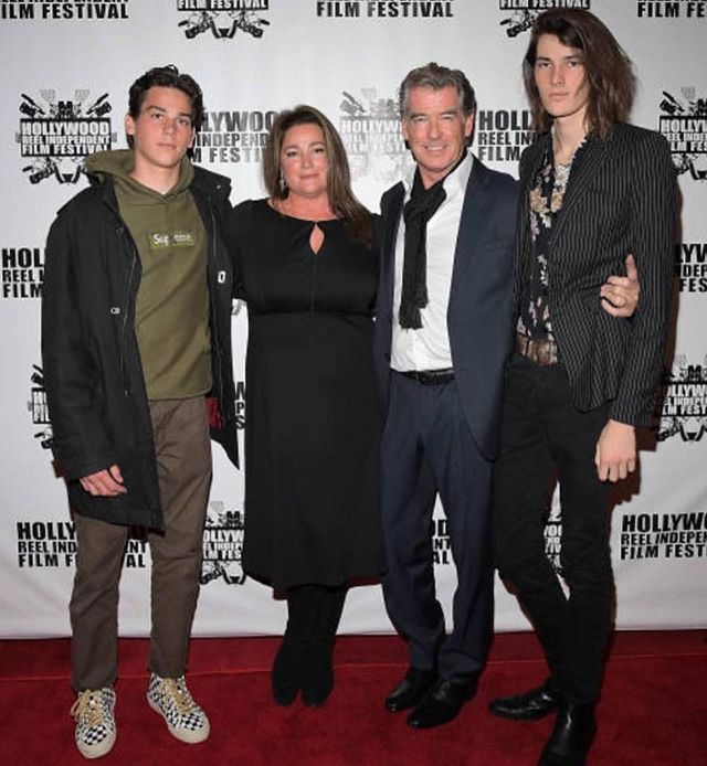 Пирс Броснан с супругой и сыновьями блистает на красной дорожке