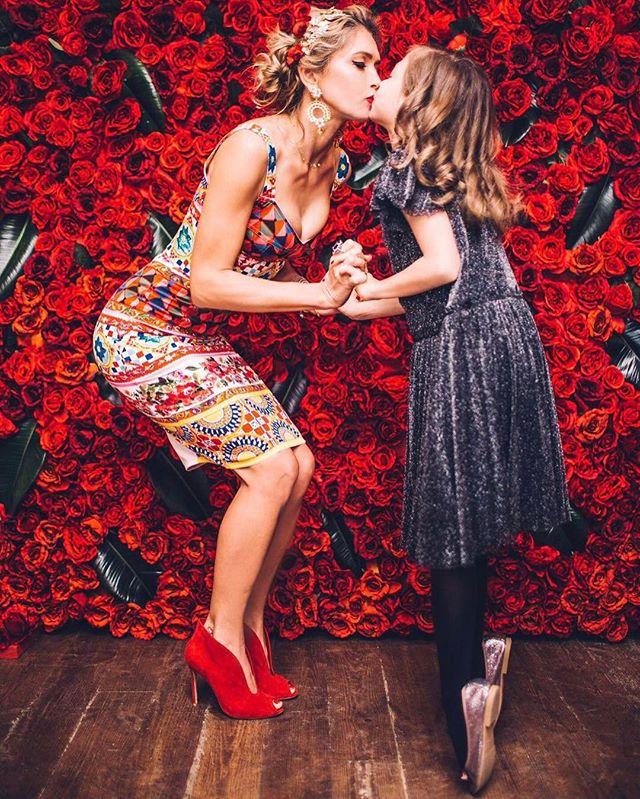 Красавицы-балерины: Вера Брежнева с младшей дочерью позируют в одинаковых балетных нарядах