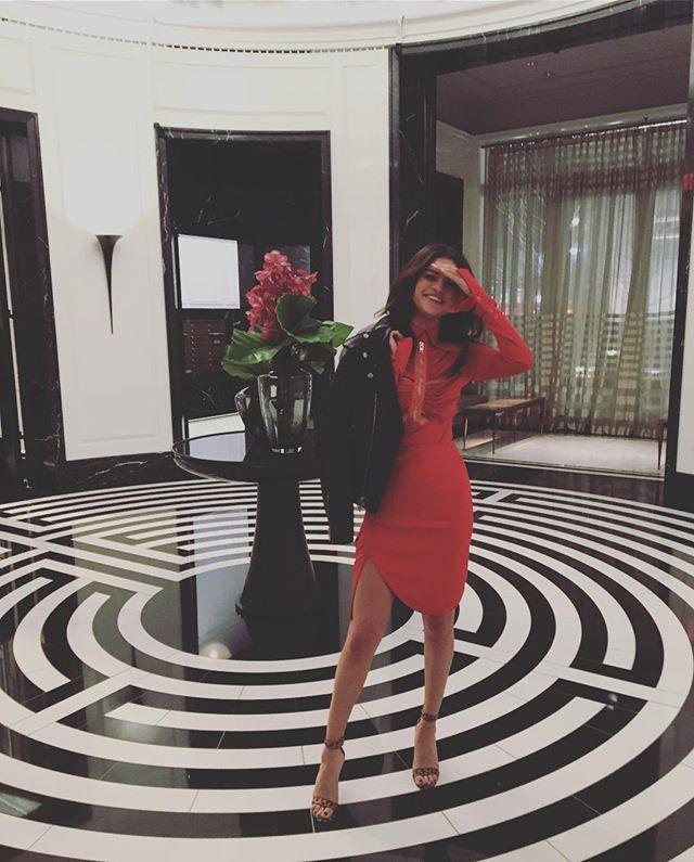 Селена Гомес показала точеную фигуру в соблазнительном красном платье