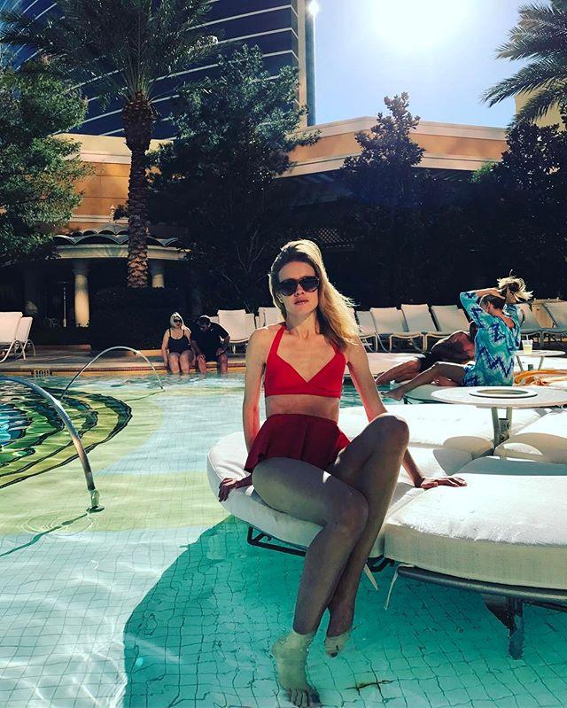 Мама пятерых детей Наталья Водянова позирует в красной купальнике в Лос-Анджелесе