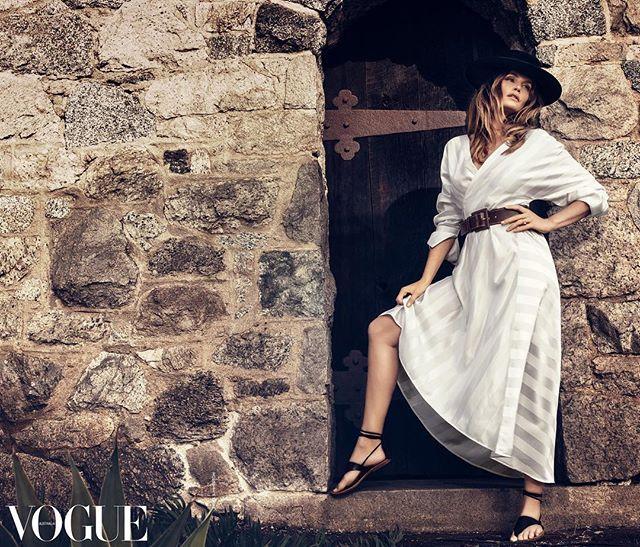 Синди Кроуфорд в шляпе и платье-корсете блистает на обложке Vogue