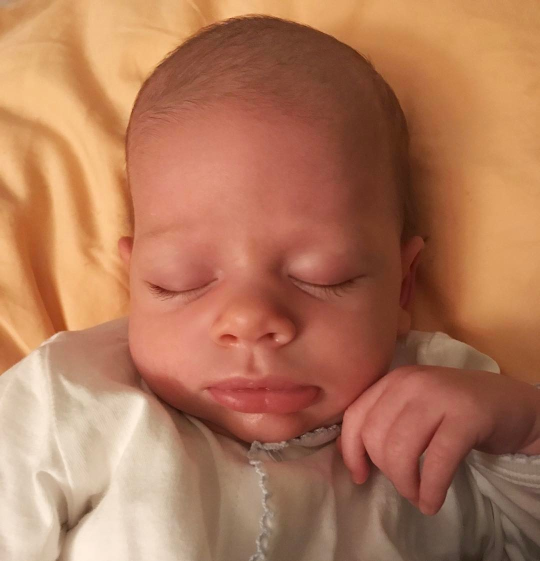 Первое фото Максима Чмерковского с красавицей-женой и новорожденным сыном