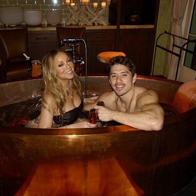 Мэрайя Кэри в нижнем белье позирует в ванной с молодым бойфрендом