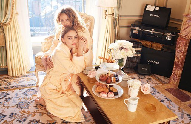 Это любовь: Лили-Роуз Депп опубликовала трогательный снимок с мамой Ванессой Паради