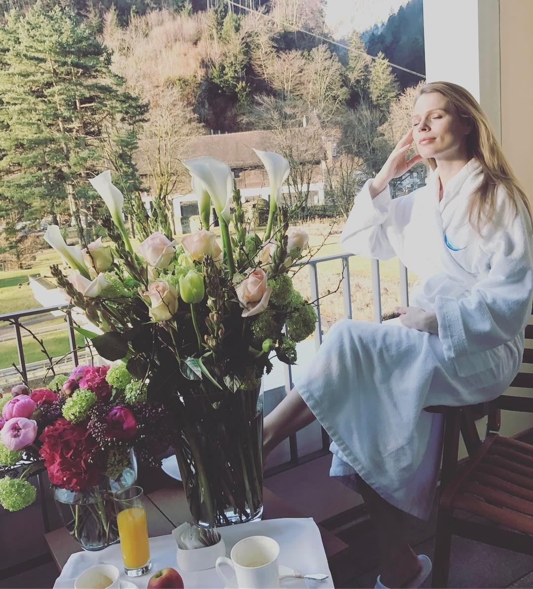 Беременная третьим ребенок Ольга Фреймут поделилось первым фото с заметно округлившимся животом