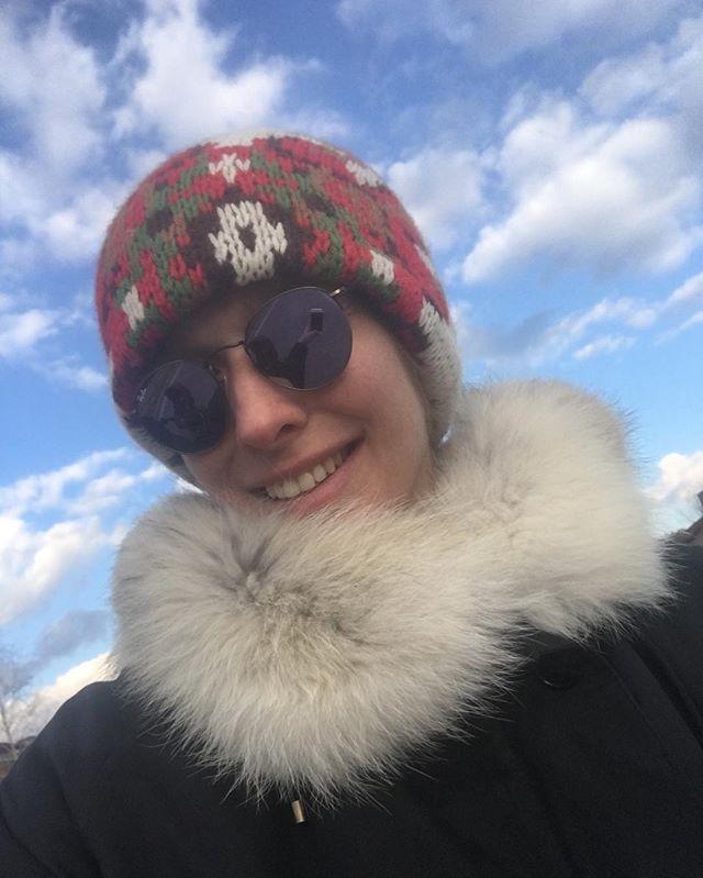 В ожидании весны: молодая мама Катя Осадчая наслаждается прогулкой